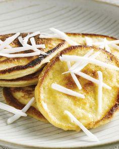 Coconut pancakes zijn een lekkere exotische variant op onze klassieke pannenkoeken. Heel makkelijk en voedzaam voor bij het ontbijt of lekker zoet als dessert.