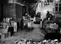 Encaixonado, sección de expedicións, fábrica vella de Bueu   Loading into boxes, dispatch section, old factory in Bueu, ca. 1924