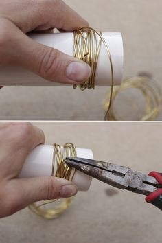 DIY Gold Wire Napkin Rings How to make gold wire wrapped napkin rings in 15 minutes for a an elegant and stylish table setting. Includes tips for selecting wire & customization options. Gold Napkin Rings, Christmas Napkin Rings, Beaded Napkin Rings, Gold Napkins, Wedding Napkins, Wedding Napkin Rings, Diy Napkin Rings Thanksgiving, Wedding Table, Diy Wedding