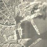 Fumo riguarda anche gli impianti porto di Livorno l'Italia dopo che aerei del Mediterraneo forze aeree alleate attaccarono Il 25 Marzo 1944