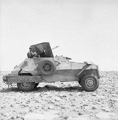Autoblinda britannica, di costruzione sudafricana, Marmon-Herrington Mk II, nei pressi di Tobruck, Libia, 8 maggio 1941. E' armata con pezzo da 20 mm Breda di preda bellica.