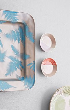 Use nature's own patterns and some spray paint to make a painted tray, plate, or wall art.