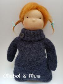 Knuffelpopje donkerblauw met rode haartjes