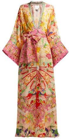 Camilla Kimono Kisses Print Silk Maxi Dress - Womens - Yellow Print Source by MensajeroAzul dress maxi Kimono Fashion, Boho Fashion, Fashion Dresses, Fashion Design, Club Fashion, 1950s Fashion, Kimono Dress, Silk Dress, Vintage Dresses
