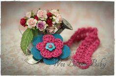 Dummy Chain -  Fleur Rouge-Turq-Vert Crochet Accessories, Little Miss, Beanie Hats, Crochet Baby, Boy Or Girl, Colours, Texture, Chain, Christmas Ornaments