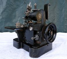 SMALL-VINTAGE-SINGER-81-60-INDUSTRIAL-OVER-EDGING-CARPET-SEWING-MACHINE-ANTIQUE