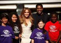 Denzel Washington and Jennifer Lopez volunteer with the Boys and Girls Club of America - American children go there for recreational and educational activities. | Celebrity-gossip.net