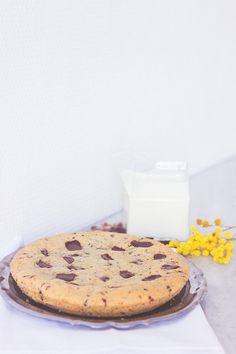 Recette cookie géant, extra moelleux, coeur mi cuit pépites de chocolat noir côté d'or - Blog Lifestyle cuisine Dollyjessy Dessert Recipes, Giant Cookie Recipes, Giant Cookies, Funny Cake, Food Crush, Chocolate Chip Oatmeal, Chocolate Chips, Pudding Cake, Thermomix
