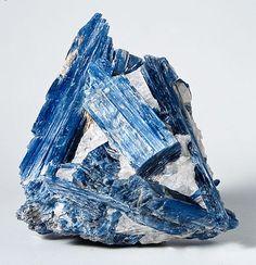 Cianita, una piedra poderosa en la meditación, creatividad, equilibrio yin-yang, analgésico natural, tiroides, desequilibrios cerebro, exceso de peso…