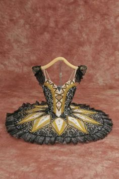 Black and gold tutu. Ballet Tutu, Dance Costumes Ballet, Tutu Costumes, Ballet Dancers, Pointe Shoes, Ballet Shoes, Ballet Feet, Toe Shoes, Dance Baile