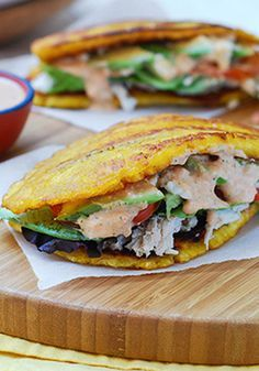 Patacones con pollo y salsa rosada-Patacones son plátanos verdes fritos (o tostones) acompañados de lo que se te ocurra. Pero lo más importante es la salsita.  Si, es lo que les da el toque perfecto.