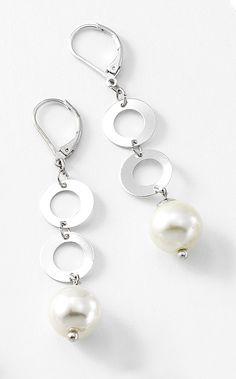 Joyería con rodio, perlas y piedras de cristal.