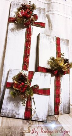 Rustic farmhouse wood Christmas presents - navidad casa - Weihnachten Christmas Door, Winter Christmas, Christmas Holidays, Christmas Wreaths, Christmas Ornaments, Christmas Vacation, Christmas Ribbon Crafts, New Christmas Lights, Christmas Presents To Make