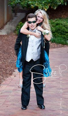 Prom ~ Posing Ideas Homecoming Group Pictures, Prom Pictures Couples, Prom Couples, Prom Poses, Wedding Poses, Prom Photography Poses, Dance Picture Poses, Prom Tux, Prom Proposal