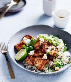 Chipotle-spiced chicken with Mexican green rice. A fast and Mexican-inspired recipe, ideal for a midweek dinner or spicy fiesta.