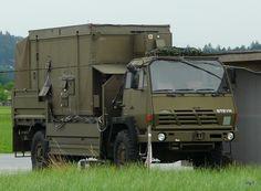 Schweizer Armee - Militärlastwagen Steyr auf dem Flugplatz in Emmen