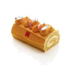 Bûche Joséphine I Arnaud Lahrer I Génoise aux amandes punchée d'un jus de passion, marmelade d'oranges de Noël et sa crème mousseline à l'infusion de vanille. 4/6 pers. 48 €.