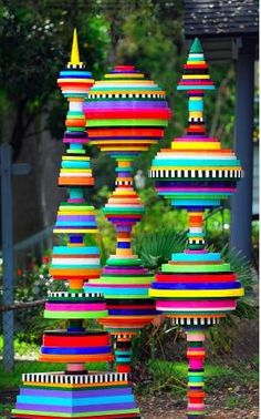 I just LOVE the colours and shapes in these amazing garden sculptures made by lids of all shapes and sizes!  This is recycling at it's best | Me encantan los colores y formas de estas increíbles esculturas de jardín hechas con tapas de plástico de diferentes formas y tamaños! Este es reciclaje en su máxima expresión.
