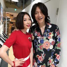 野宮真貴 - Instagram写真(インスタグラム)「昨日の渋谷タワレコのイベント後、イエローモンキーのメンバーとバッタリ!彼らは昨日(5/21)がデビュー25周年でニューアルバムリリース記念のスペースシャワーTV生放送で来てました。昔のレーベルメイトに久しぶりに会えて嬉しかったなぁ。吉井くんも元気そうでした!25周年おめでとう㊗️ #イエモンにバッタリ #イエモン #イエローモンキー #25周年 #おめでとう #㊗️ #吉井和哉 #野宮真貴 #missmakinomiya」5月22日 11時59分