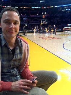 Jim Parsons at a basketball game with (and taken by) Kunal Nayyar from @KunalNayyar on Twitter