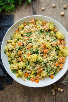 Veganes Rezept für Gerösteter Gemüsesalat mit Bulgur und Haselnüsse, Süßkartoffeln, Blumenkohl, Möhren - einfache gesunde Rezepte - Elle Republic #vegan #rezept #bulgur #gemüse #gesund #einfach #salat #winter #vegetarisch #süßkartoffeln #Blumenkohl
