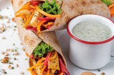 Receta de wrap de pollo, betabel y dip de yogur - Recetas saludables - Cocina Vital Veggie Recipes, Healthy Recipes, Veggie Food, Pinwheels, Deli, Cooking Time, Health Fitness, Veggies, Lunch