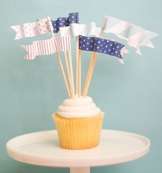 These are so much fun and so easy to make. Just use Avery full-sheet labels for the free printables, then cut and stick.  So cute for the Fourth of July!