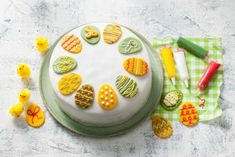 Het is bijna Pasen dus dat betekent: bakken! Geniet van deze ultieme paastaart. Leuk om samen te bakken met de kids. #allerhande #bakrecepten #bakreceptenkinderen #bakkenmetkinderen #pasen #paastaart Cupcakes, Cake Cookies, Vegetable Snacks, Easy Healthy Recipes, Deli, Love Food, Oreo, Fondant, Bakery
