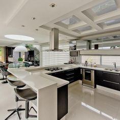 Cozinha com bancada Branca de Cozinha americana de Espaço do Traço Arquitetura - Viva Decora