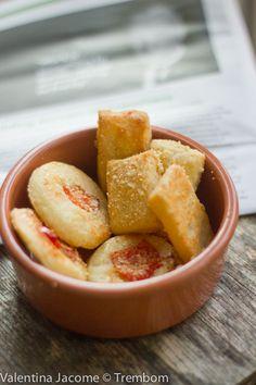 Estes biscoitos de queijo são super práticos e extremamente deliciosos. A receita fica pronta em um piscar de olhos. Você pode prepará-la co...