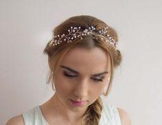 Ślubna ozdoba do włosów, pleciona z drucika jubilerskiego, perełek i kryształków. Idealna na Twój ślub i wesele! :)  Ozdoba do kupienia w sklepie internetowym Madame Allure.