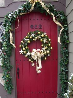 Country front door decorations … like this door color with the green … - Christmas Decorations Front Door Christmas Decorations, Christmas Front Doors, Front Door Decor, Christmas Lights, Christmas Wreaths, Christmas Crafts, Christmas Ideas, Yule, All Things Christmas