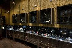 Mix de materiais nos displays da joalheria russa Podium 1 jewelry store in Paris (334, rue St.-Honore, Paris 1er) - via Cool Hunter