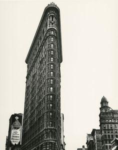 Berenice Abbott (1898-1991), . Edificio Flatiron, Madison Square, Nueva York, 1938.  © BERENICE ABBOTT/COMMERCE GRAPHICS/GETTY IMAGES. CORTESÍA DE HOWARD GREENBERG GALLERY, NUEVA YORK