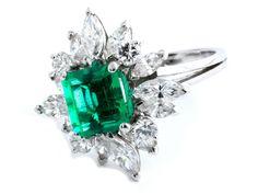 Ringweite: 50. Gewicht: ca. 4,1 g. WG 750. Zeitloser Ring mit sehr feinem, klarem Smaragd im Treppenschliff, ca. 1,03 ct, umrahmt von Diamanten im Brillant- und...