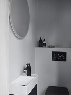 Det er også blitt plass til et lite gjestetoalett i hytta, i tillegg til hovedb. - Lilly is Love Decor, Wall, Furniture, Silestone, Round Mirror Bathroom, Wall Colors, Home Decor, Mirror, Bathroom