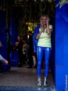 Christina Striewski vanilla pearl mit blauer Lackhose von Arcanum Fashion in Mar Spanx Leather Leggings, Skin Tight Leggings, Leggings Mode, Leather Pants Outfit, Wet Look Leggings, Leather Dresses, Legging Outfits, Leggings Fashion, Lederhosen Outfit