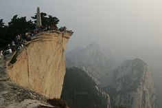 Belonging to the five sacred mountains of eastern China, the Hua Shan are, above all, an important taoist pilgrimage.