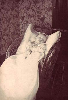 { The Seventh Cloud }: Post-mortem photography : The art of immortalizing Pt. Vintage Photographs, Vintage Photos, Post Mortem Photography, School Pictures, School Pics, Six Feet Under, Momento Mori, Antique Pictures, Gelatin Silver Print