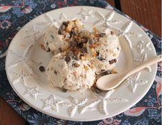 Frozen yogurt με μέλι, καρύδια και σοκολάτα. Μια συνταγή που καταφέρνει να παντρέψει αρμονικά το παραδοσιακό στοιχείο, του κλασικού, γιαούρτι με μέλι και κ