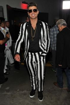 2013 MTV Video Music Awards Red Carpet - Robin Thicke weating a black stripe suit with a touch of bling. Robin Thicke, Mtv Video Music Award, Music Awards, Mtv Videos, Black Dress Shoes, Grown Man, Suit And Tie, Celebs, Celebrities