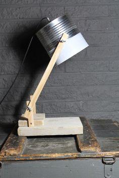 Hip en stoer! (bureau)lamp met blikken kap en verstelbaar door de vleugelmoeren.