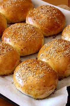 Pour 10 pains : •2 sachets de levure instantanée •220ml lait •100ml eau •55g beurre •20g sucre •9g sel •1 œuf •560g farine •graines de sésame