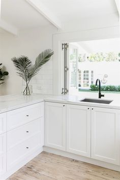 Gorgeous White Kitchen Cabinet Design Ideas - Page 96 of 269 White Shaker Cabinets, White Kitchen Cabinets, Kitchen Cabinet Design, Kitchen White, Cabinet Decor, White Counters, Country Kitchen, Shaker Doors, Kitchen Without Top Cabinets