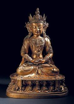 Rare et importante statue en bronze doré représentant amitayus Chine, période Kangxi, (1662-1722) Le bouddha assis en dhyanasana sur un double lotus, est représenté, les mains jointes en dhyanamudra symbolisant… - Christophe Joron Derem - 11/12/2014