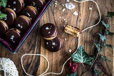 Tady mám pro vás další slibovaný recept na cukroví. Myslím, že název i fotografie mluví za vše a není třeba vás příliš lákat. Obzvlášť milovníky slaného karamelu. Tentokrát není třeba v úvodu příliš něcovysvětlovat, protože recept je snadný, celkem rychlýa tak jsem zvědavá, kolik z vás jej l Christmas Sweets, Christmas Baking, Christmas Recipes, Kitchenette, Christmas Cookies, Cupcakes, Cooking, Food, Fitness