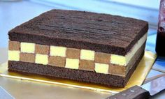 Tort sah mat, foarte aspectuos si gustos, va fi remarcat la orice petrecere • Gustoase.net Dessert Bars, Butcher Block Cutting Board, Tiramisu, Avocado, Deserts, Sweets, Ethnic Recipes, Mascarpone, Lawyer