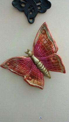 Farfalla in terracotta salentina dorata a foglia oro e dipinta di Ileana Zatti