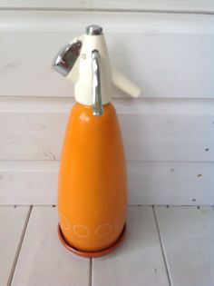 FAB BRIGHT ORANGE VINTAGE/RETRO SODA SYPHON, COMPLETE WITH BASE AND HOLDER -FREE UK POSTAGE