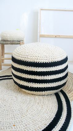 Crochet pouf thick wool  Natural undyed and black por lacasadecoto
